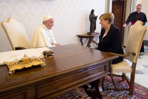 Merkel y Francisco mostraron muchas coincidencias (L'Osservatore Romano/Pool Photo via AP)