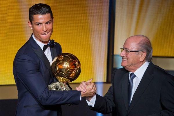 Cristiano Ronaldo recibe el Balón de Oro de parte de Joseph Blatter (Getty)
