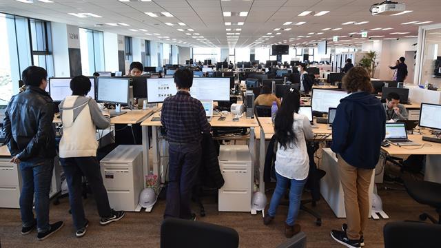 Empleados de la empresa japonesa de comercio electrónico y internet Rakuten mientras trabajan en su oficina en Tokio.