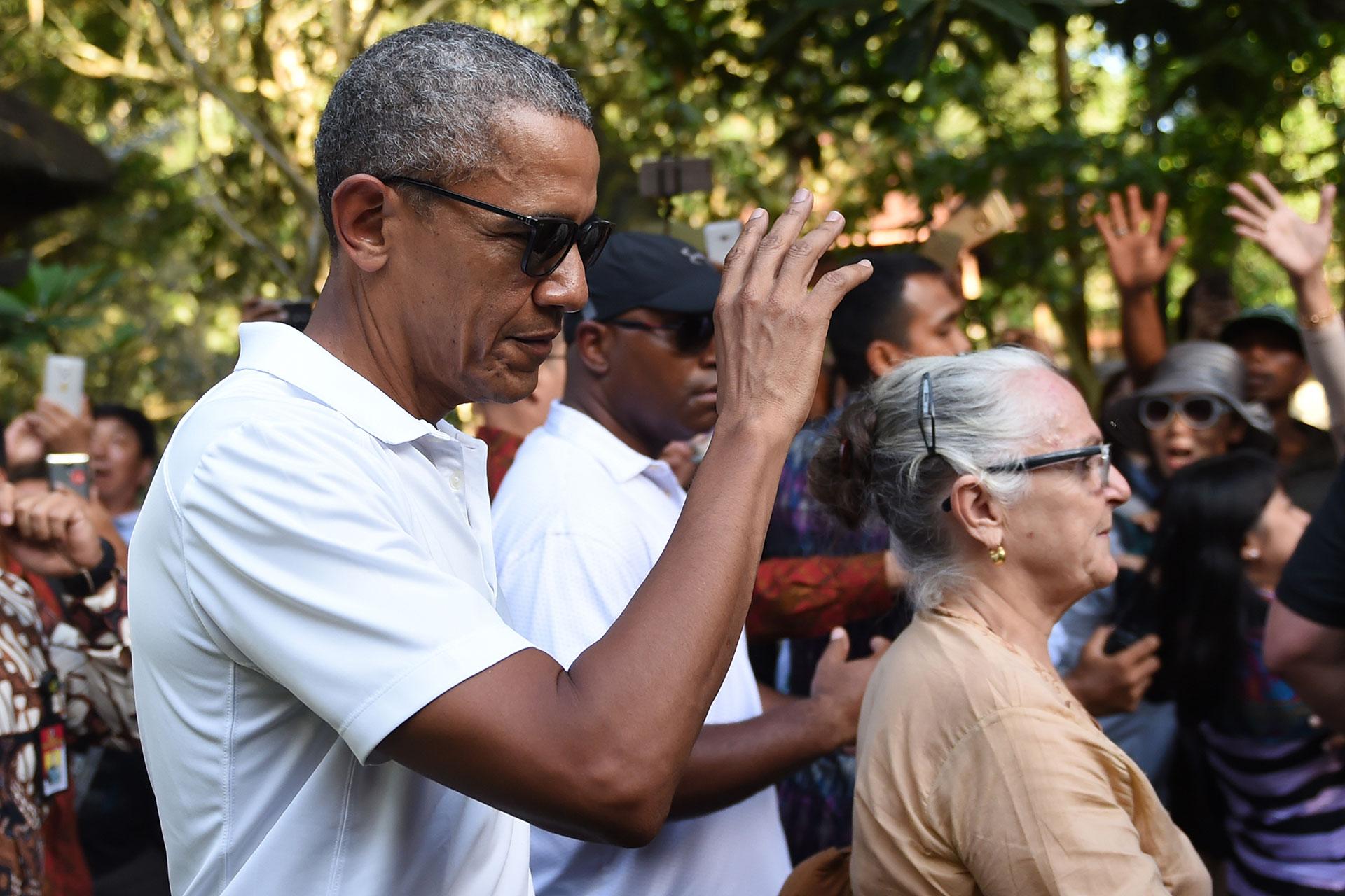 También visitó el templo Tirtha Empul, en la villa Tampaksiring (AFP)