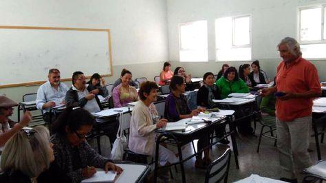 El potosino Juan Lázaro Méndolas impartiendo un taller. Foto:http://www.losandes.com.ar