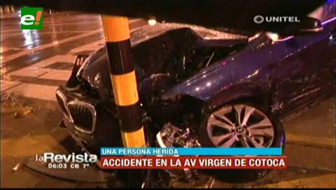 Dos vehículos chocan en la avenida Virgen de Cotoca, hay un herido
