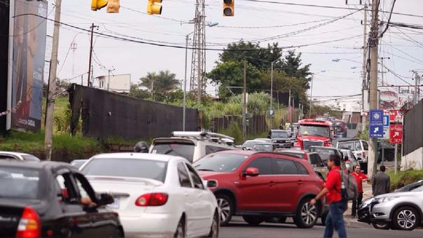 El caos se apoderó de las calles avenidas de San José de Costa Rica al dejar de funcionar los semáforos.