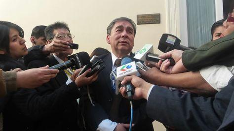 El contralor General del  Estado, Henry Ara, con los medios de comunicación.