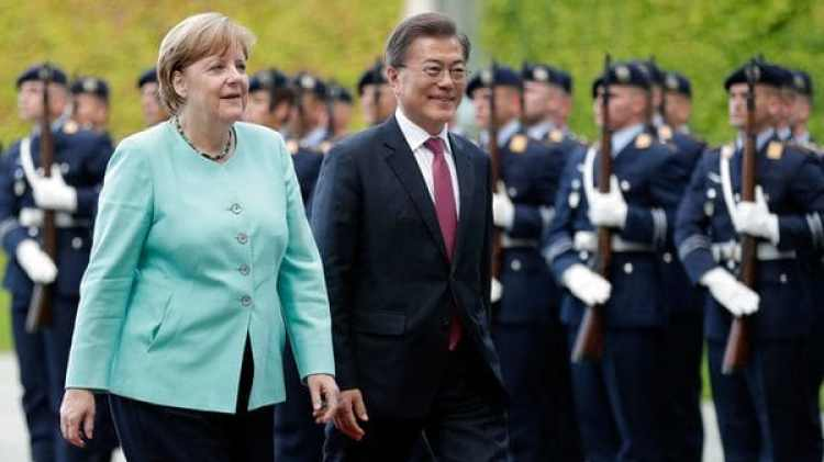 Angela Merkel y Moon Jae-in (AP)