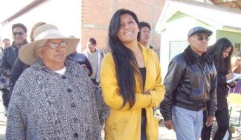 La alcaldesa de El Alto, Soledad Chapetón, junto con sus padres. El difunto Luis Chapetón a la derecha.