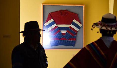 La famosa chompa del presidente Evo Morales que lució en 2006, durante una gira internacional, es exhibida en el Museo de Orinoca