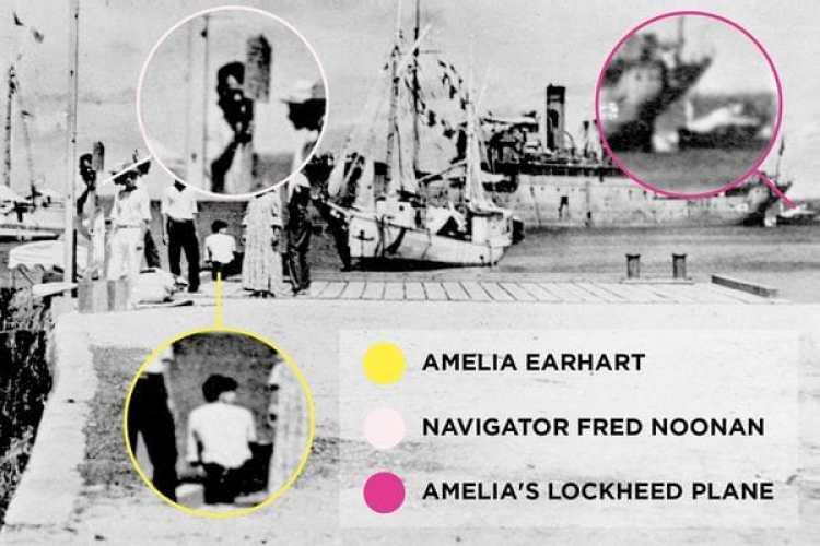Amelia Earhart en círculo amarillo, Fred Noonan en círculo rosado y los restos de la aeronave en círculo rojo remolcado por un buque japonés