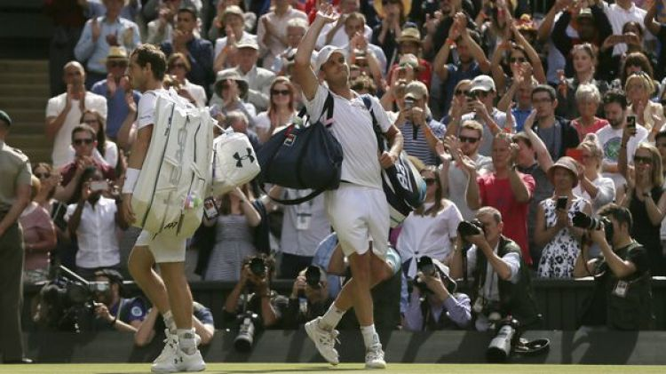 Sam Querrey saluda al público mientras Murray se retira de la cancha central en Wimbledon(AP)