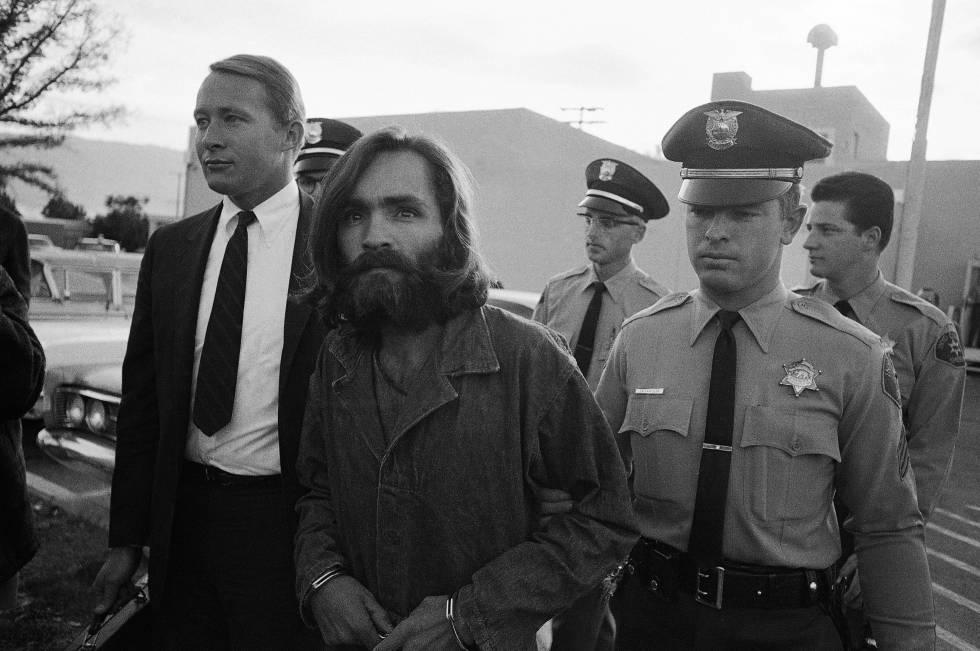Charles Manson es escoltado al juzgado en 1969.