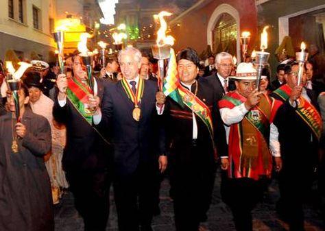 Revilla, García, Morales y el entonces gobernador César Cocarico, en el Desfile de Teas de 2013.