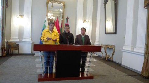 Conferencia conjunta entre el canciller Huanacuni, el alcalde Revilla y el ecretario general de la Gobernación de La Paz, Ricardo Mamani.