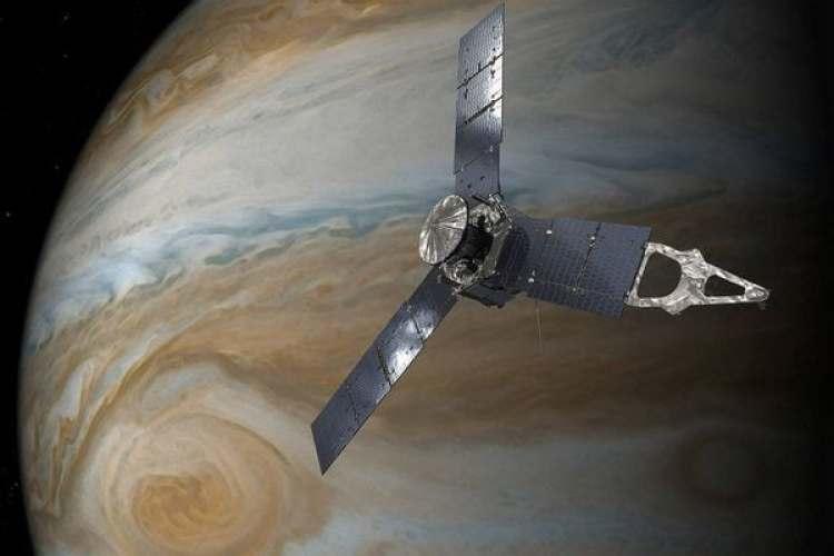La sonda Juno sobre la Gran Mancha Roja en una ilustración de la NASA (NASA/JPL-Caltech)