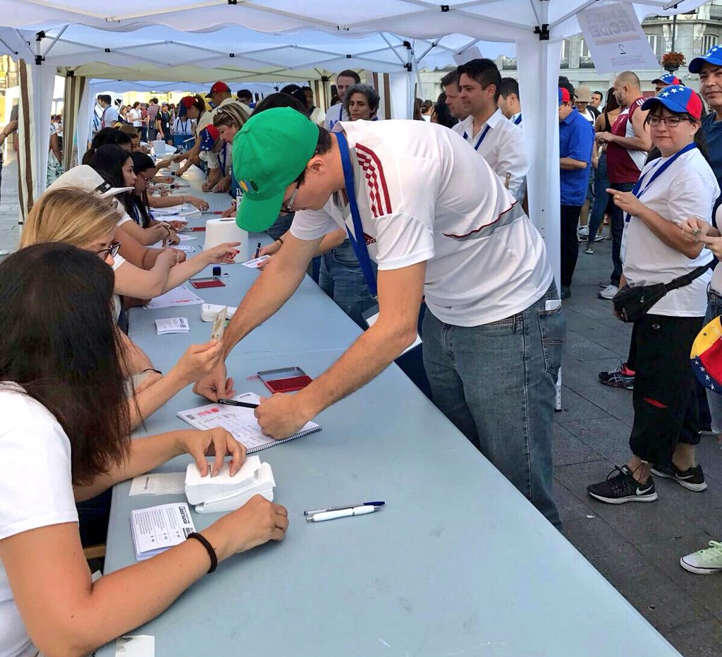 Cientos de venezolanos votan en Barcelona, España
