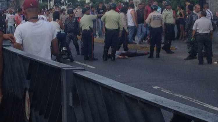 Una mujer perdió la vida por los ataques de los colectivos chavistas. Otras tres personas resultaron heridas (@MENAMARY)