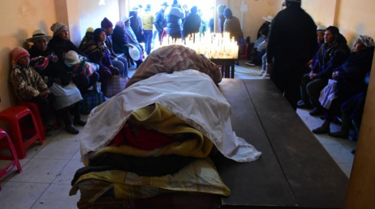 Policía gasifica y despeja ruta Cochabamba-Santa Cruz tras bloqueos de cocaleros