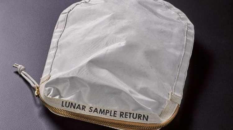 Durante la subasta de una extensa colección de artefactos de los programas espaciales estadounidenses y soviéticos,se vendió La Bolsa a un coleccionista cuya identidad se desconoce (Foto cortesía Sotheby's)