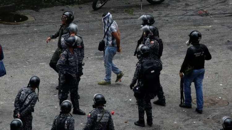 Un hombre es detenido por las fuerzas chavistas durante el paro del jueves. (Reuters)