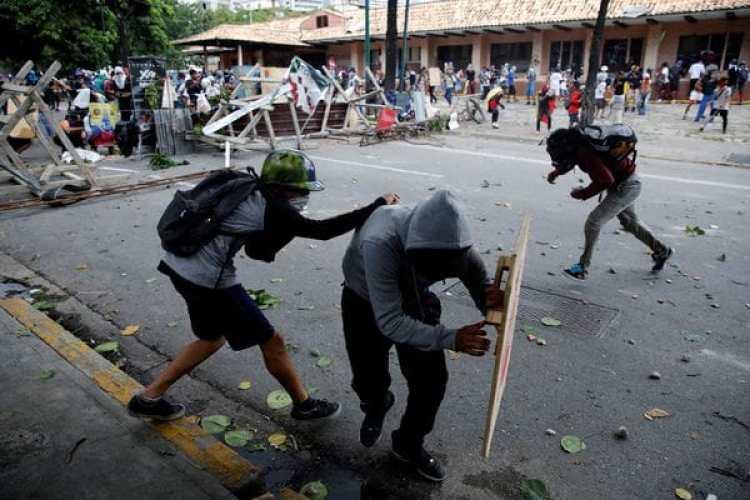 Manifestantes chocan contra las fuerzas del régimen. (REUTERS/Carlos Garcia Rawlins)