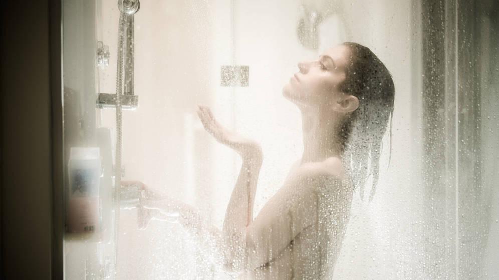Foto: Lo españoles nos duchamos una media de 6,8 veces por semana. (iStock)