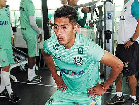 Erwin Saavedra aparece haciendo ejercicio en un entrenamiento del Goiás brasileño. Foto: globoesporte.globo.com