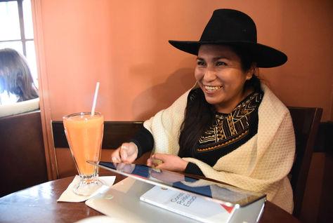 La exministra de Comunicación Marianela Paco durante la entrevista con Animal Político en un café de la ciudad de La Paz. Foto: Luis Gandarillas