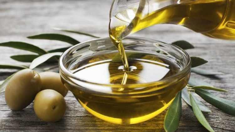 El aceite de oliva es clave en la dieta mediterránea (Shutterstock)