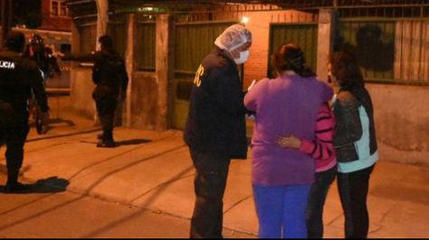 Funcionario de la Felcc conversa con allegados a las víctimas
