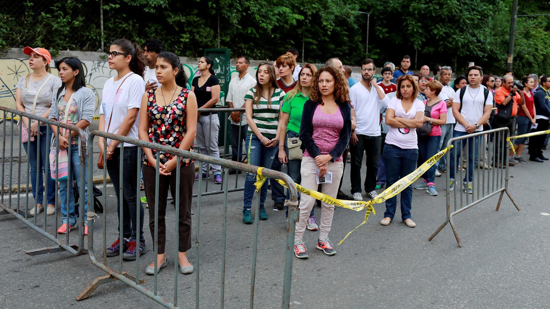 Las personas esperan para participar del plebisicito impulsado por la oposición (Reuters)