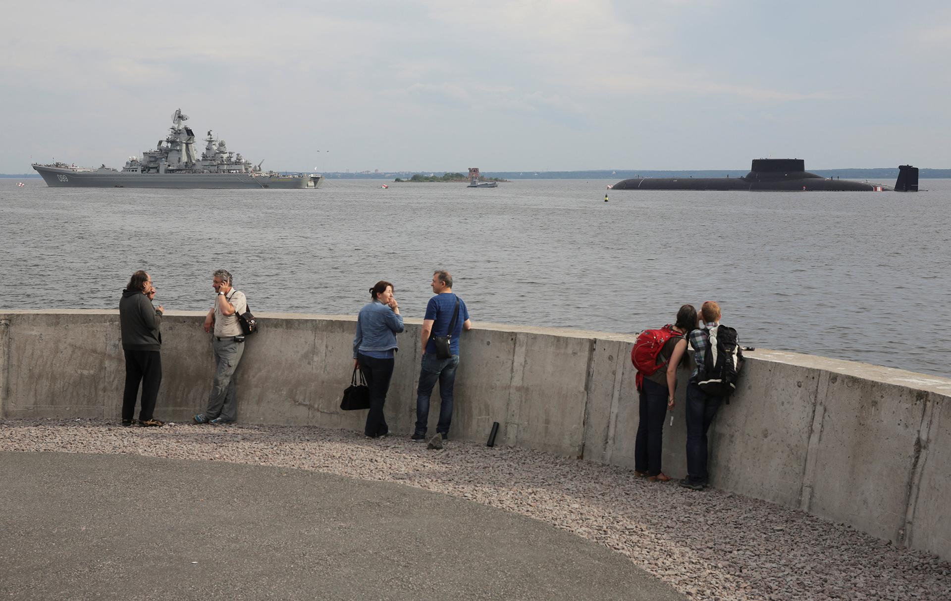 Residentes observan el desfile naval el 30 de julio de 2017 (Reuters)