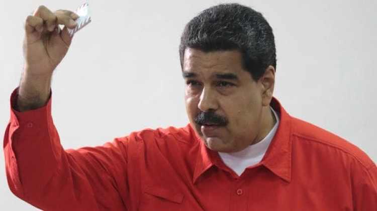 Nicolás Maduro muestra su voto durante la elección para la Asamblea Constituyente (AN)