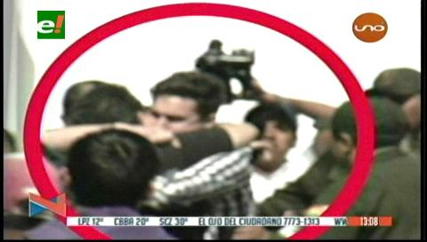 El conmovedor abrazo de un padre a su hijo rehén del atraco a Eurochronos