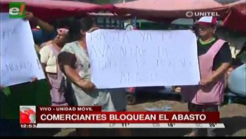 Comerciantes bloquean El Abasto pidiendo mayor seguridad en la zona