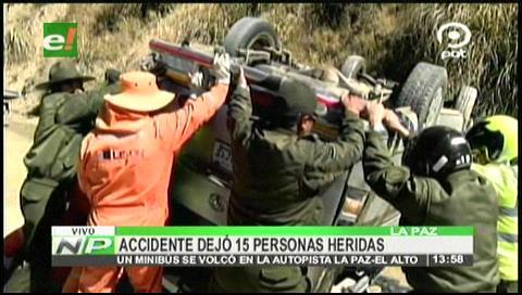 Vuelque de minibús en la autopista La Paz – El Alto deja 15 personas heridas