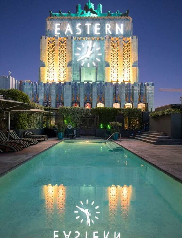 Entre sus numerosas propiedades en Hollywood, el edificio Eastern está en venta.
