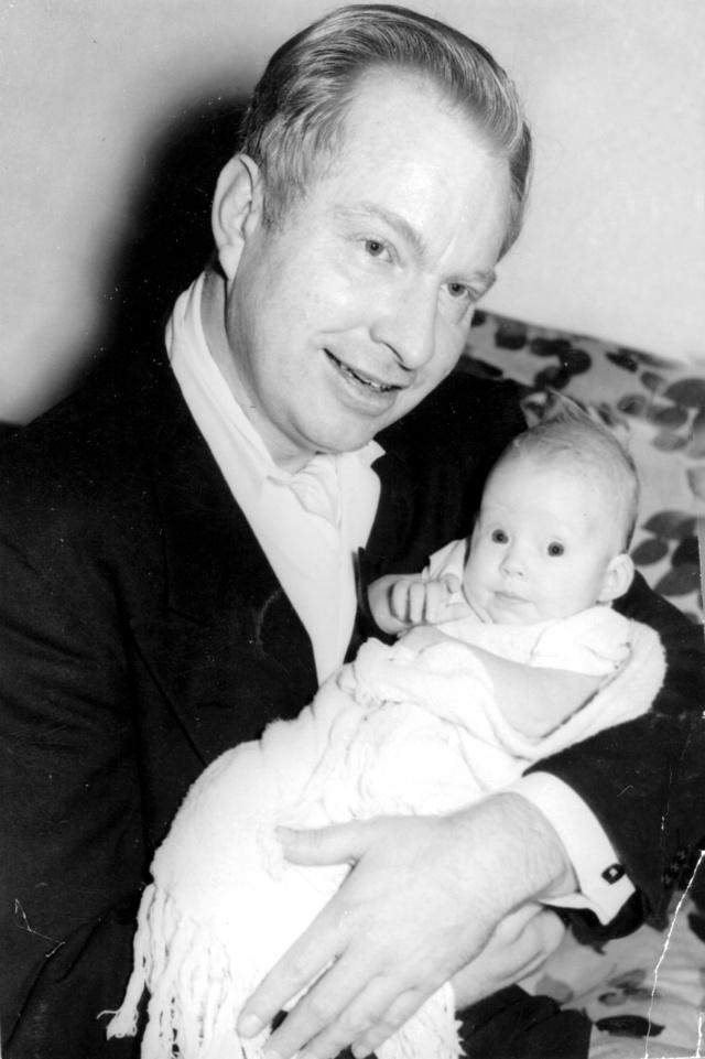 Ron L. Hubbard con su hija Diana, entonces de tres meses.