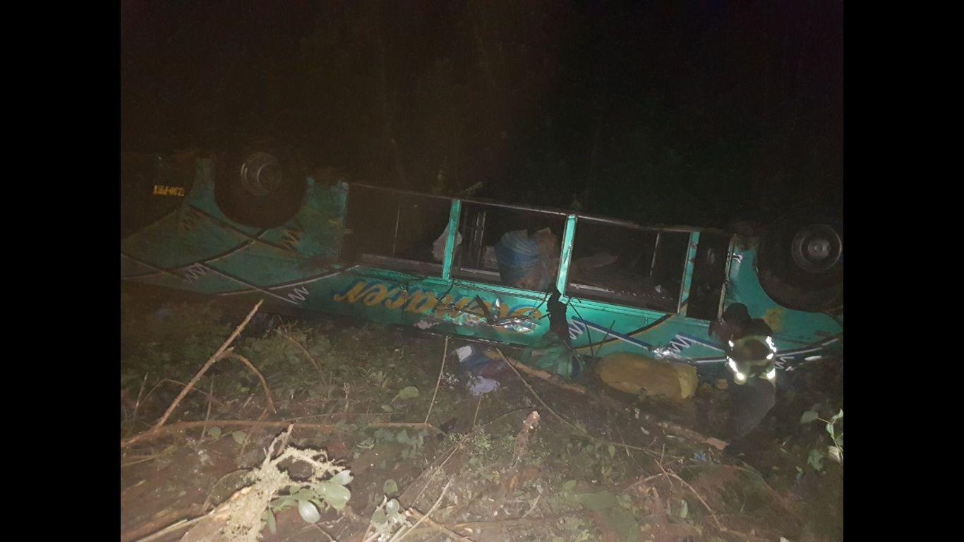 Autobús cae a barranco en Bolivia; mueren 8 personas