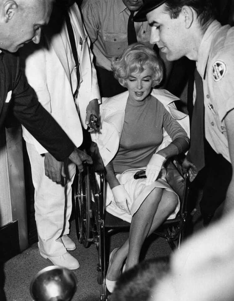 Marilyn Monroe, al dejar el policlínico de Manhattan después de una operación de vesícula, el 11 de julio de 1961 (Getty)