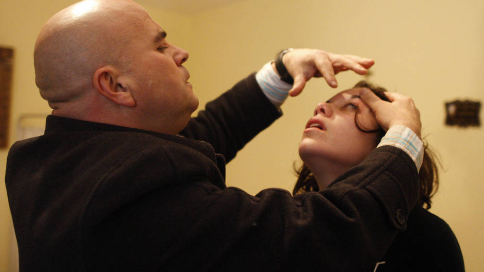 Foto: Un parapsicólogo portugués intentando establecer contacto con los espíritus. (Reuters/Jose Manuel Ribeiro)