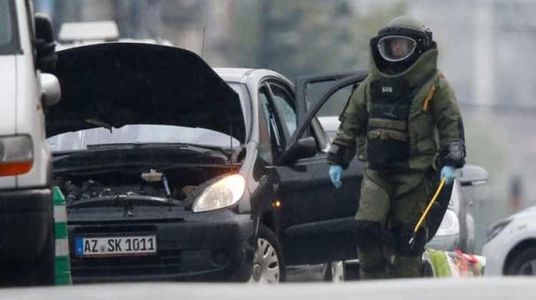 La policía examinando el automóvil que protagonizó el episodio (Reuters)