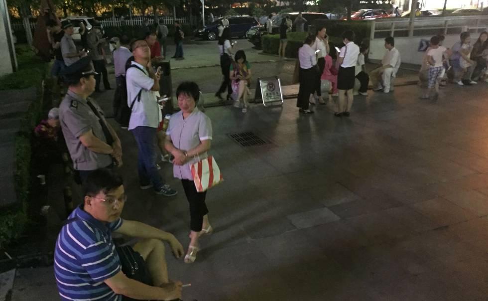 Habitantes de Xian salen a la calle tras sentir el terremoto, este martes.