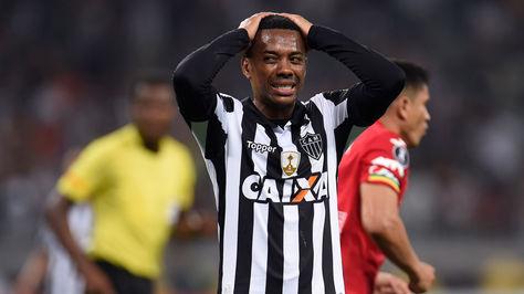 Robinho desperdicia una oportunidad clara de gol en la recta final del encuentro.