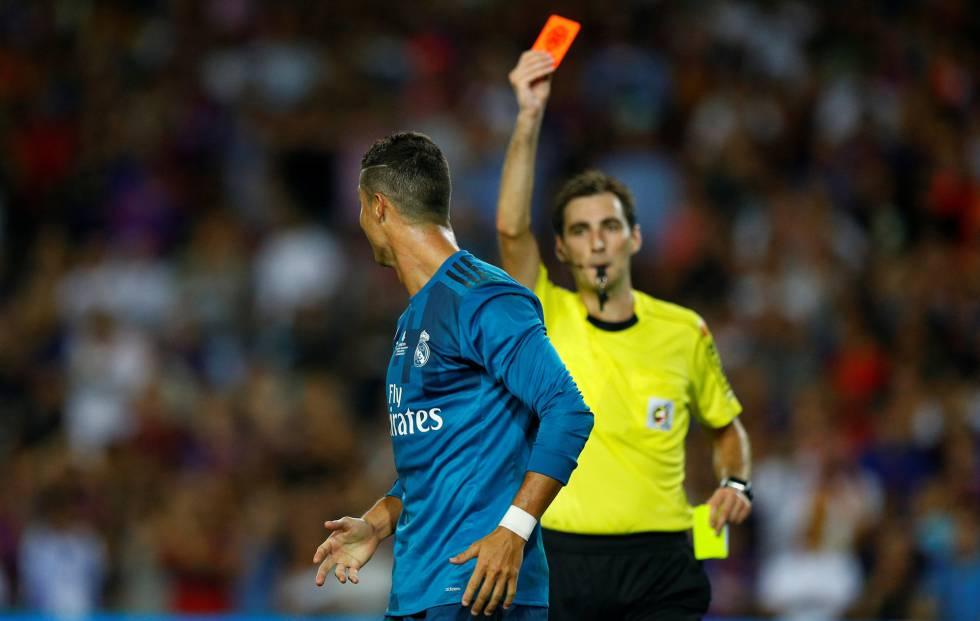 Cristiano Ronaldo ve la roja en el Camp Nou.