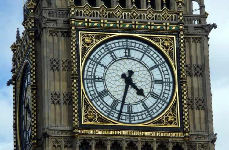 La torre Reina Isabel alberga el reloj de cuatro caras más grande del mundo (Commons.wikimedia.org)