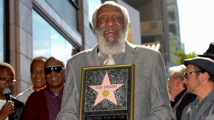 Dicke Gregory recibi{o su estrella en el Paseo de la Fama en 2015 (Reuters)