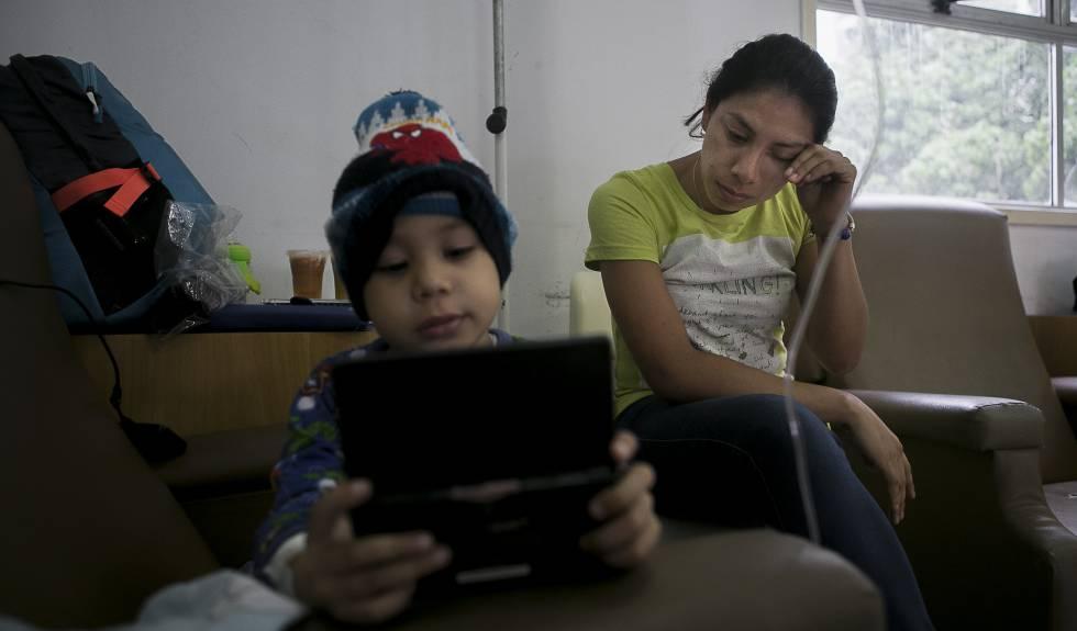 Marilyn Ochoa y su hijo Ángel Gutiérrez esta semana en un albergue en Caracas.