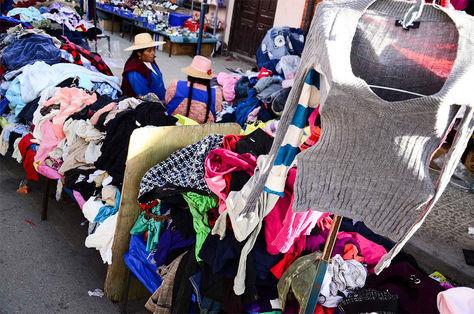 Un mercado de ropa usada americana en la ciudad de Oruro. Foto: Alejandra Rocabado