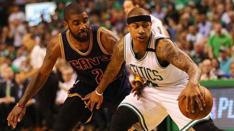 Isaiah Thomas defiende el balón contraKyrie Irving en las últimas finales de la Conferencia Estede la NBA (Getty Images)