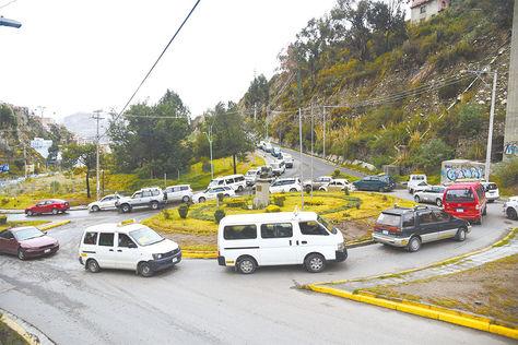 La Paz. Gran cantidad de vehículos transitan a diario por la avenida Los Leones.