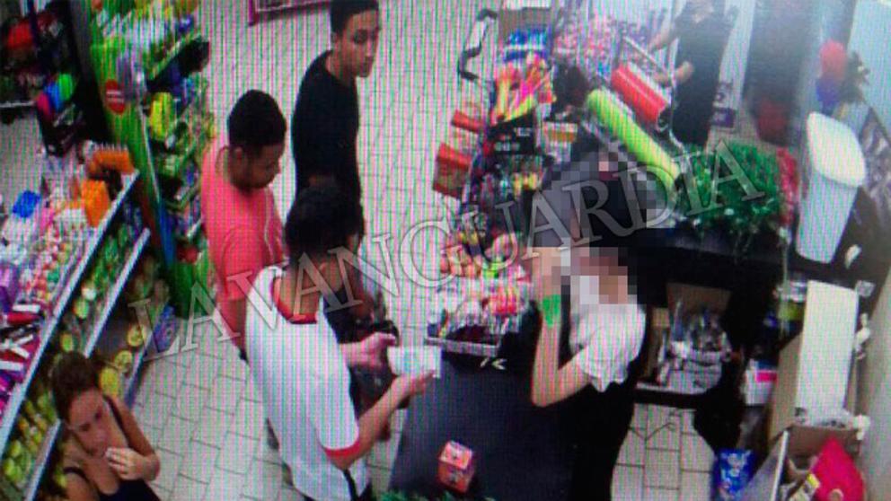 Los cinco de Cambrils comprando cuchillos en el bazar chino